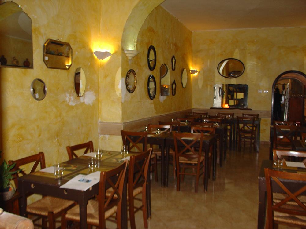 Interessante arredamento ristorante rustico qi43 pineglen for Arredamento hotel usato